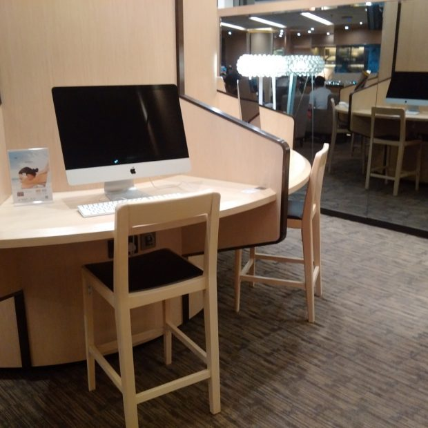 HK Airlines lounge computer bench