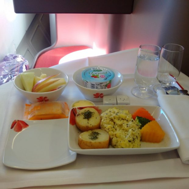 HX285 meal (HK Travel Blog)