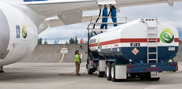 airplane-fueling
